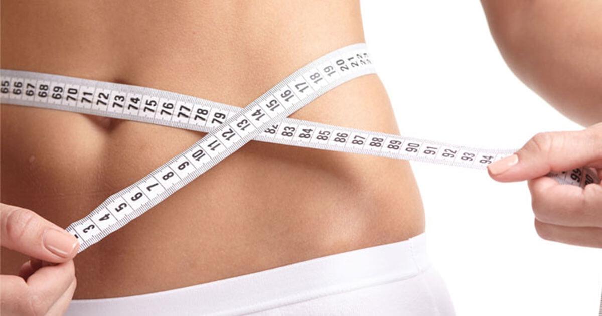ウエストサイズを測る女性